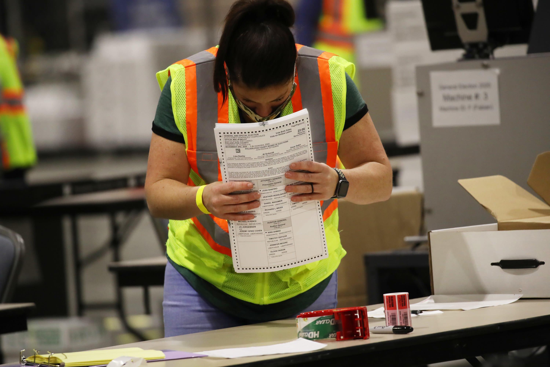 Mulher organiza cédulas durante contagem de votos dos EUA.
