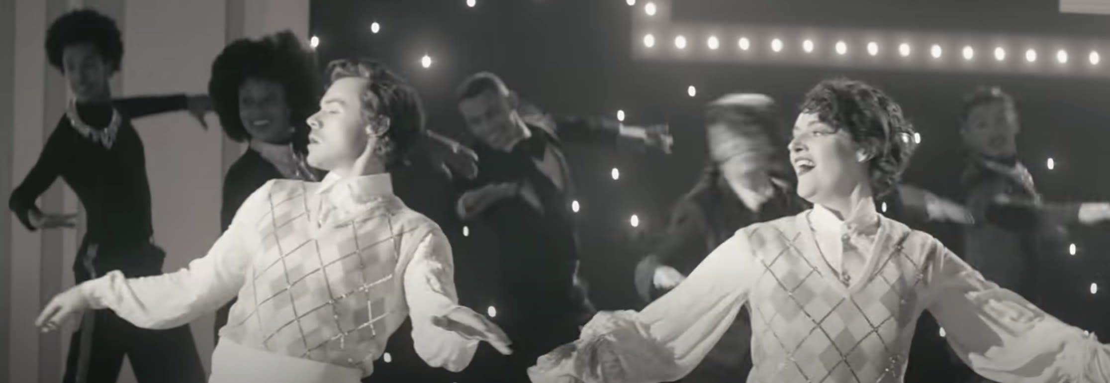 Harry Styles e Phoebe Waller-Bridge dançando