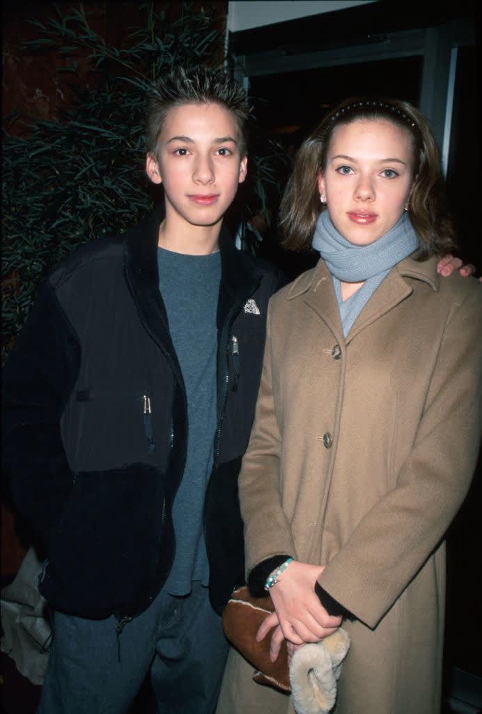 Scarlett jovem com seu irmão