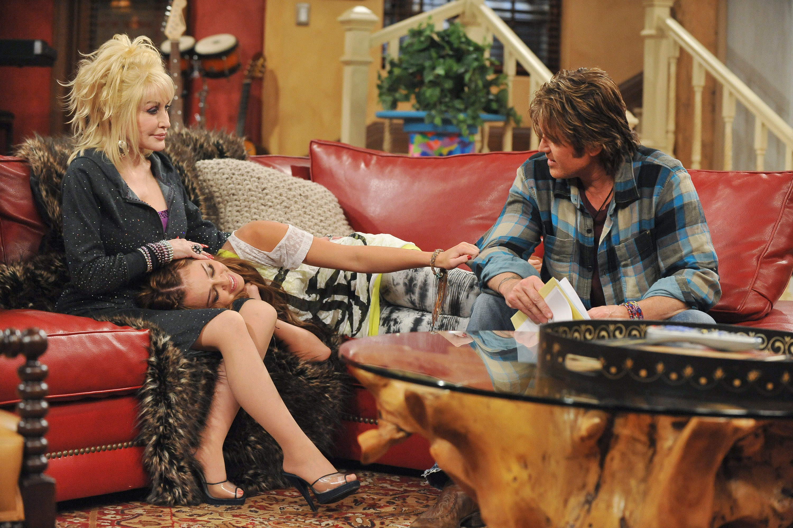 Dolly Parton guest starring on an episode of Hannah Montana