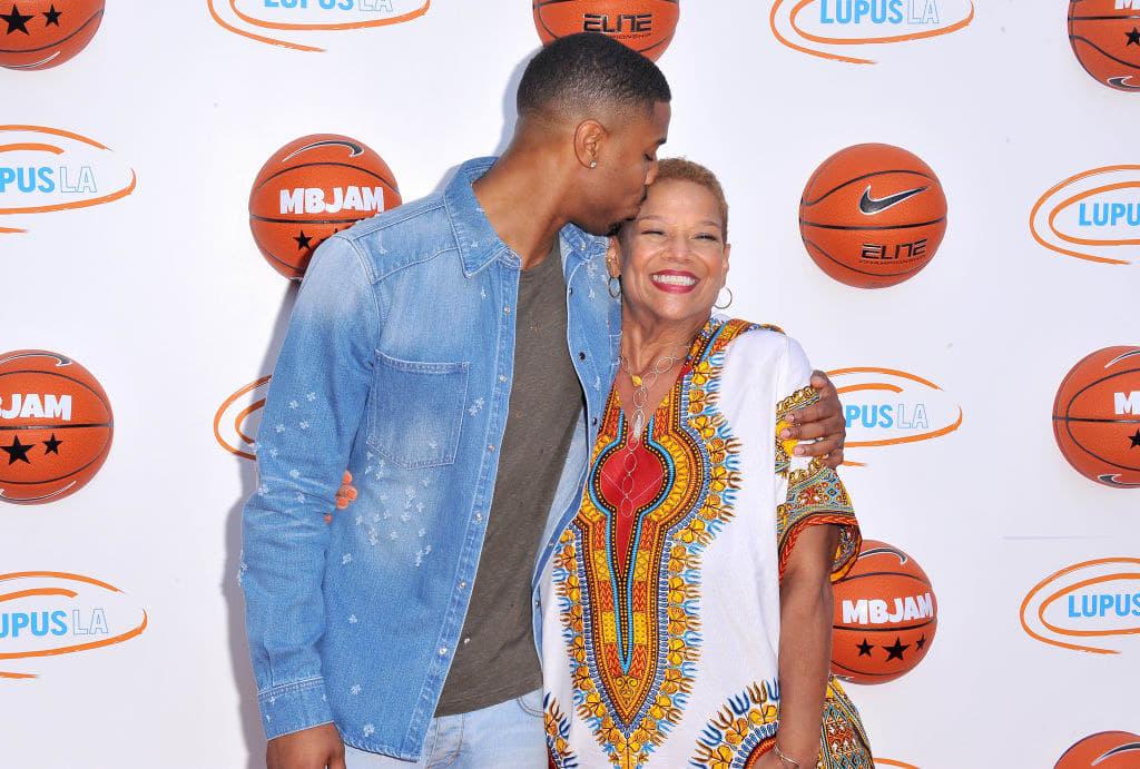 Michael beijando a cabeça de sua mãe.