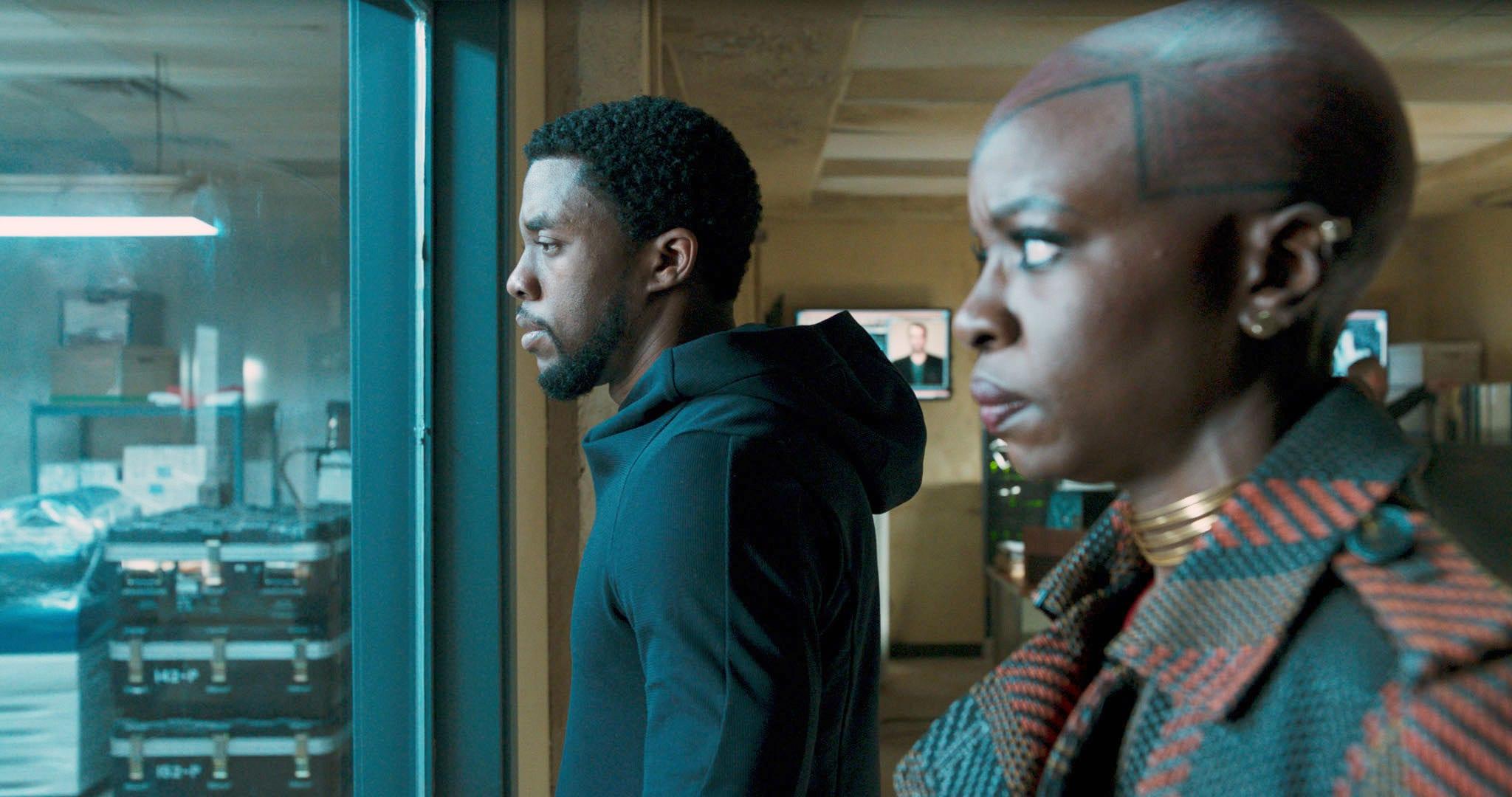 "Chadwick Boseman, Danai Gurira em cena de ""Pantera Negra"""