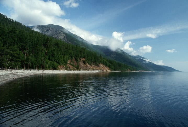 Margens Lago Baikal, montanhas com neblina e céu azul