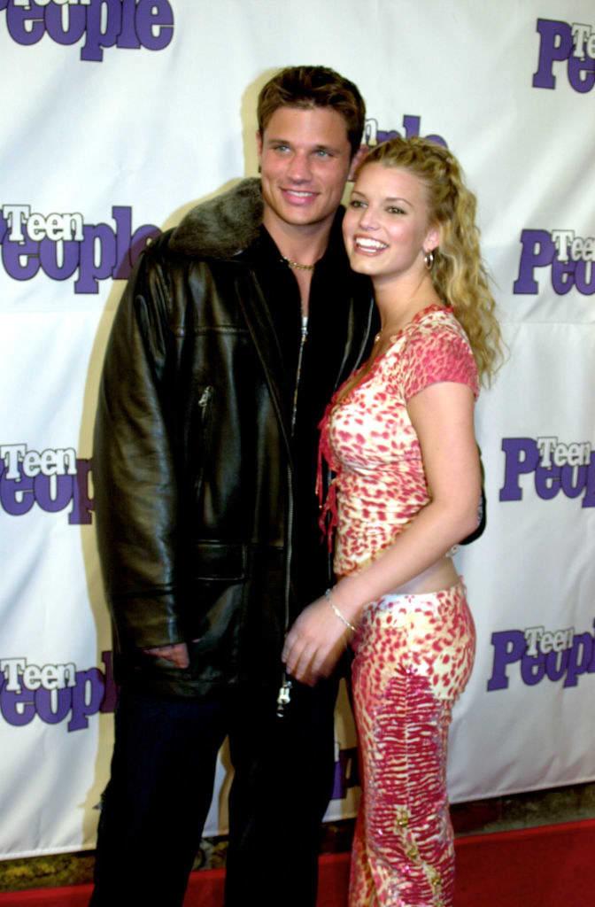 Foto de Jessica Simpson e Nick Lachey posando juntos.
