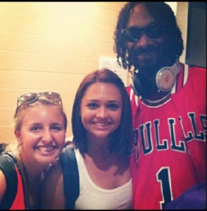 Snoop Dogg posando com duas fãs no aeroporto de LA