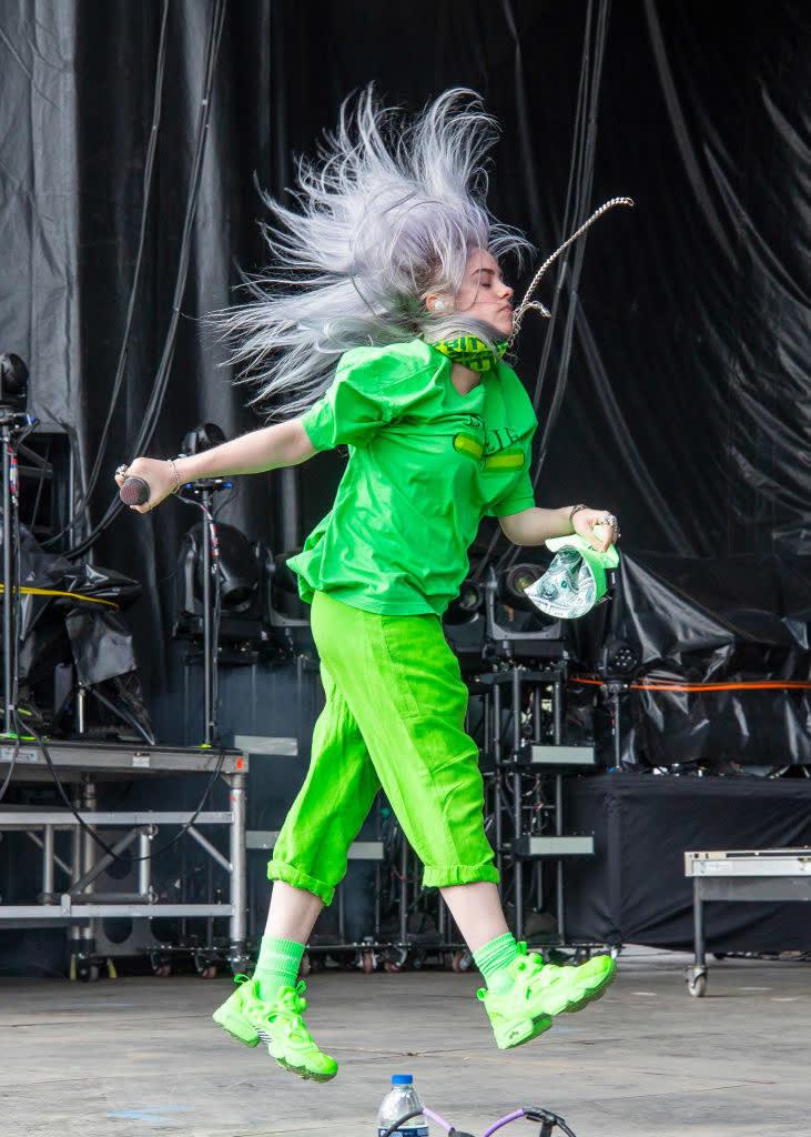 Billie no show com conjunto neon verde