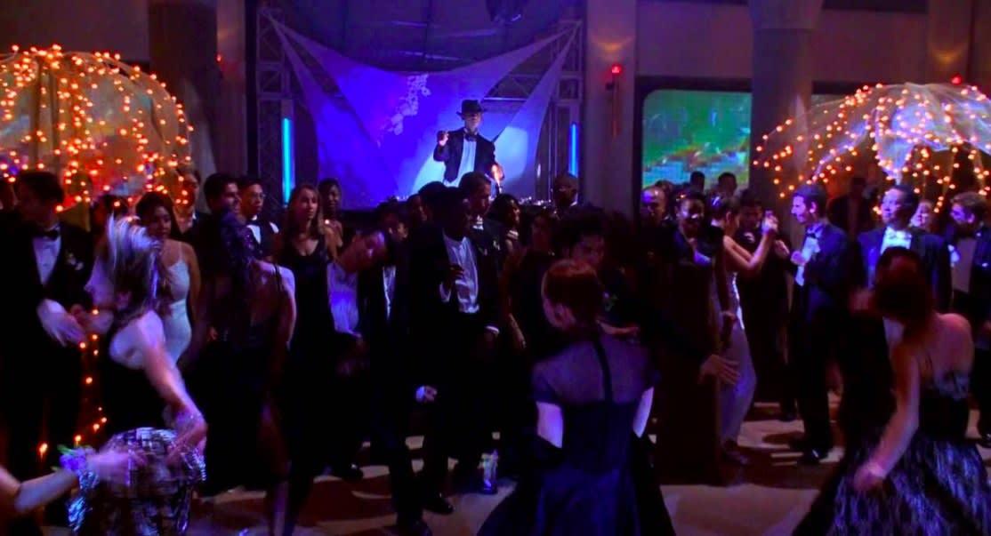 """Uma multidão dança na formatura em """"Ela É Demais"""""""