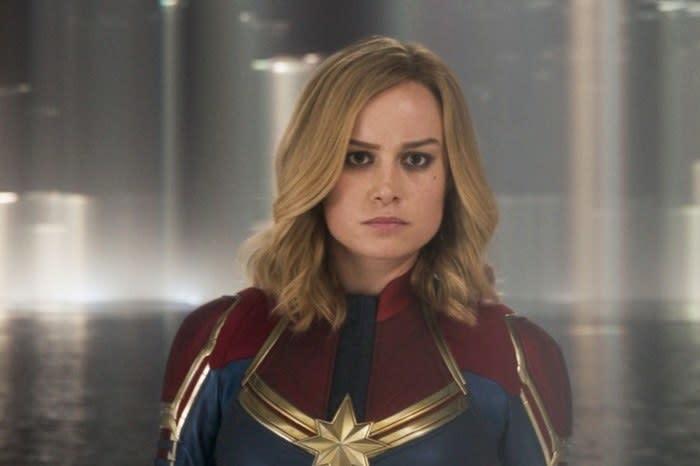 Capitã Marvel encarando alguém com seriedade