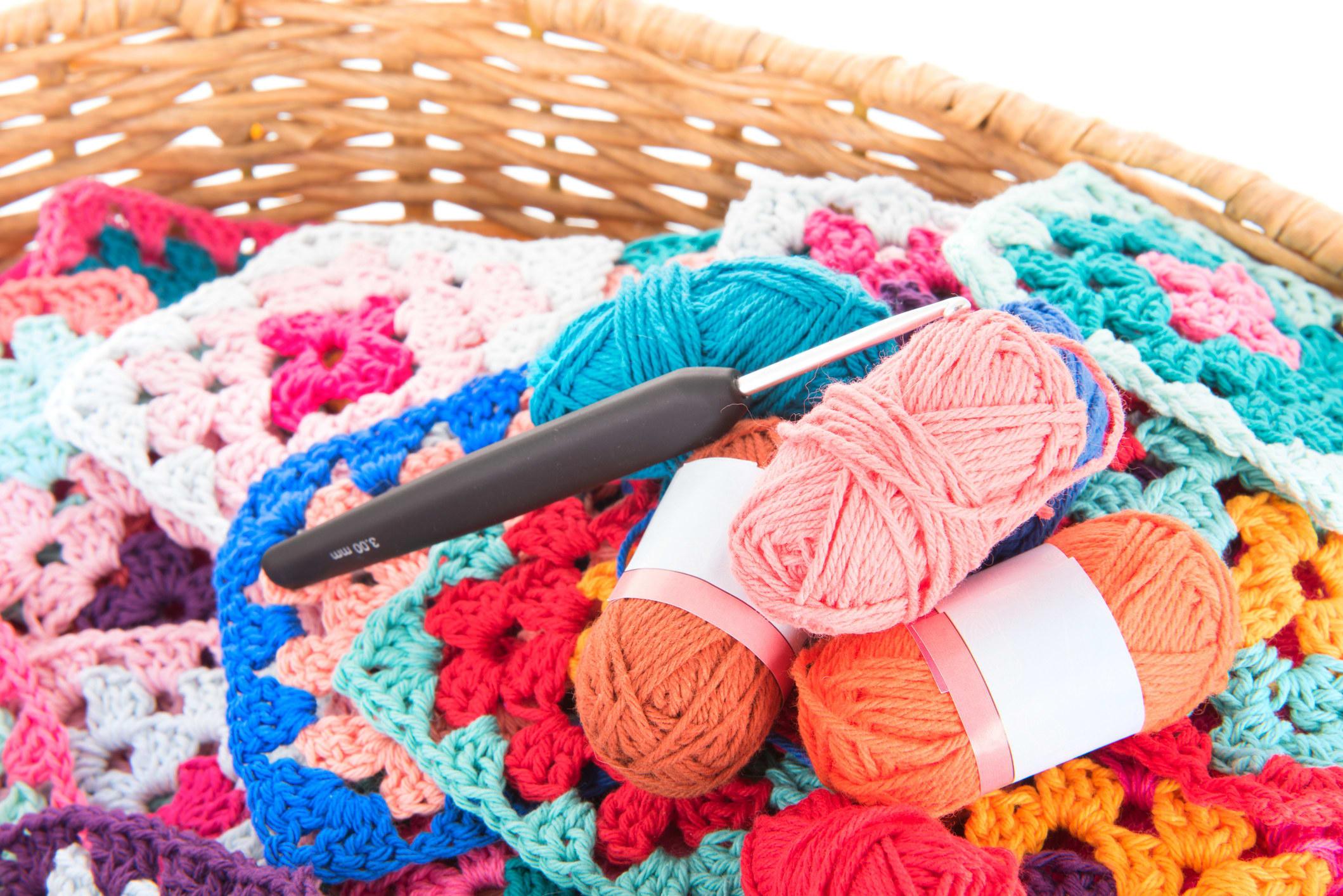 Cesta de lã com agulha de crochê