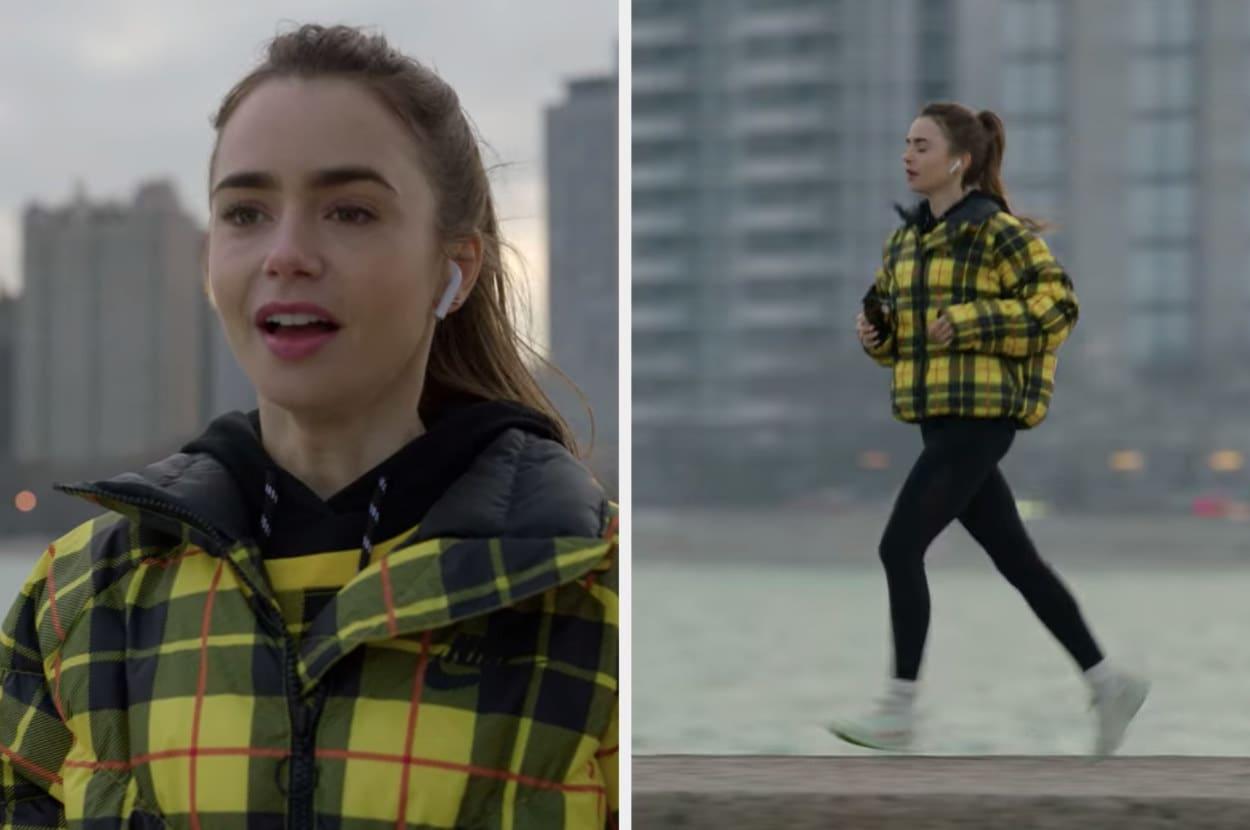 Uma mulher correndo na rua, com leggins pretas e casaco xadrez amarelo.