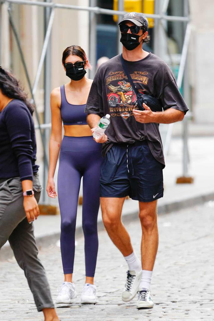 Kaia Gerber e Jacob Elordi andando nas ruas de Nova York em setembro.