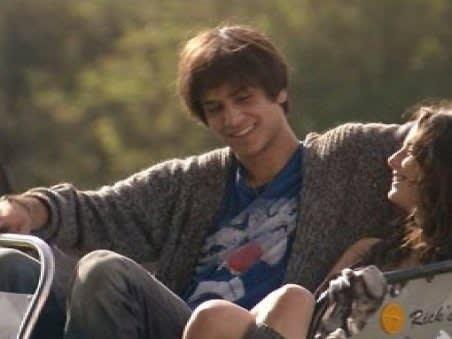 Freddie e Effy sorriem um para o outro dentro da carruagem.