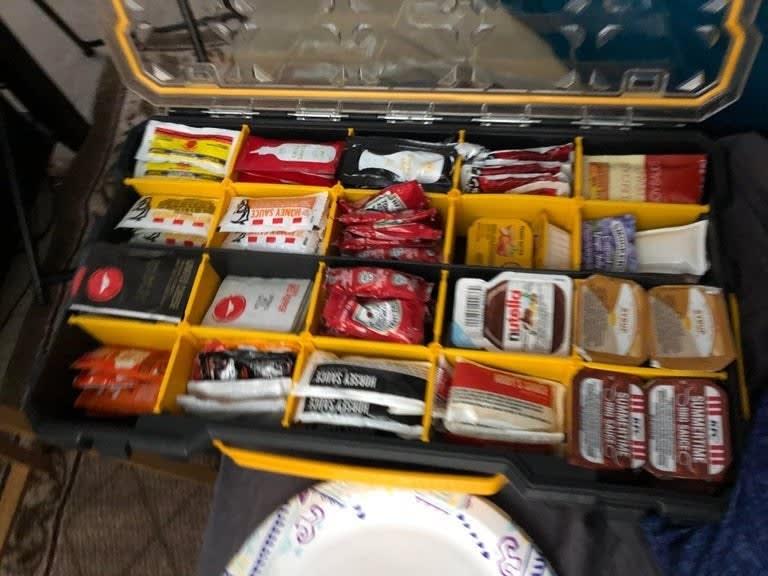 Uma caixa de ferramentas com pacotes de molho