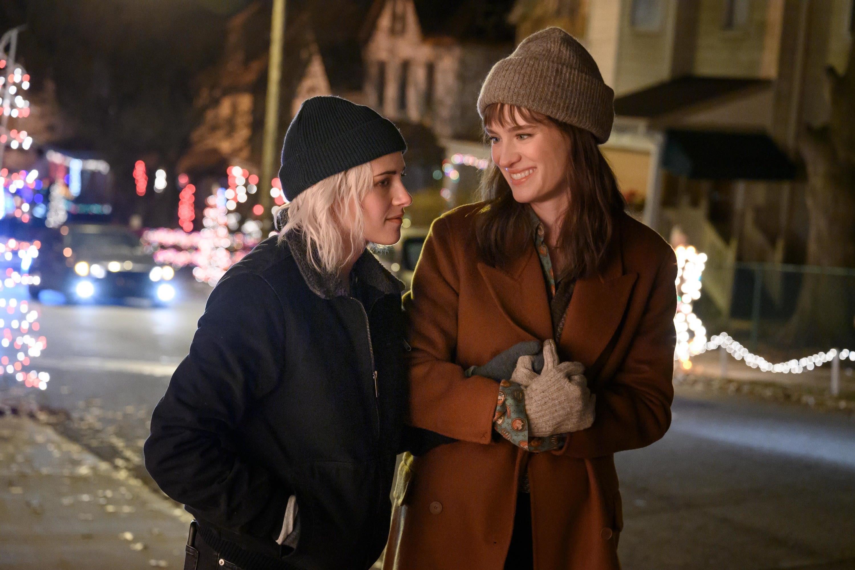 "Kristen Stewart e Mackenzie Davis em ""Happiest Season"""