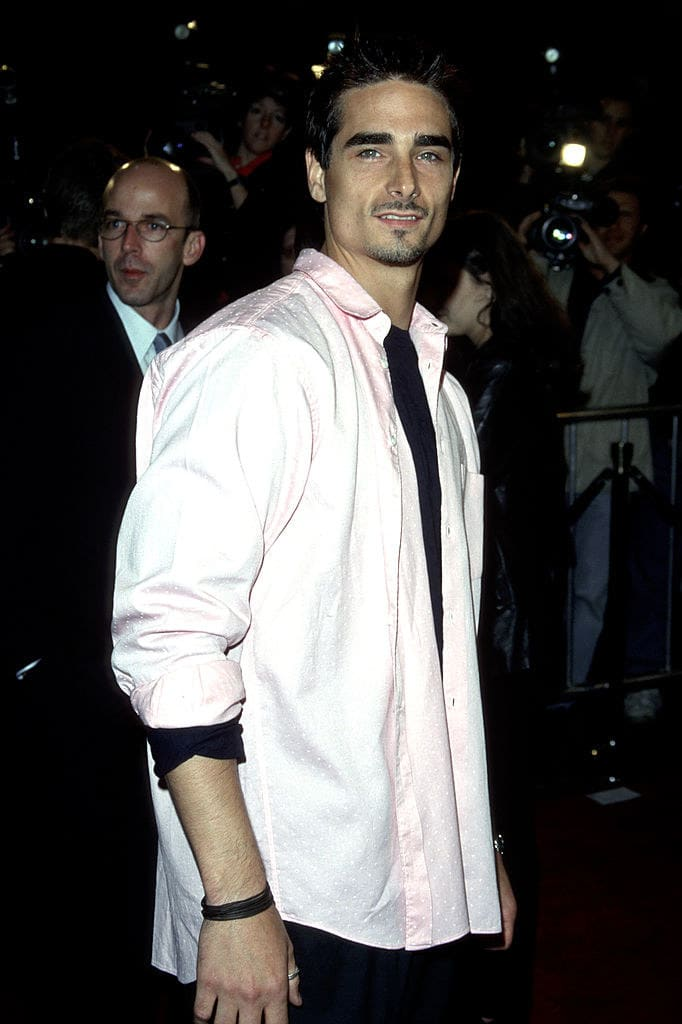 hes at the premiere of never been kissed in a pink shirt