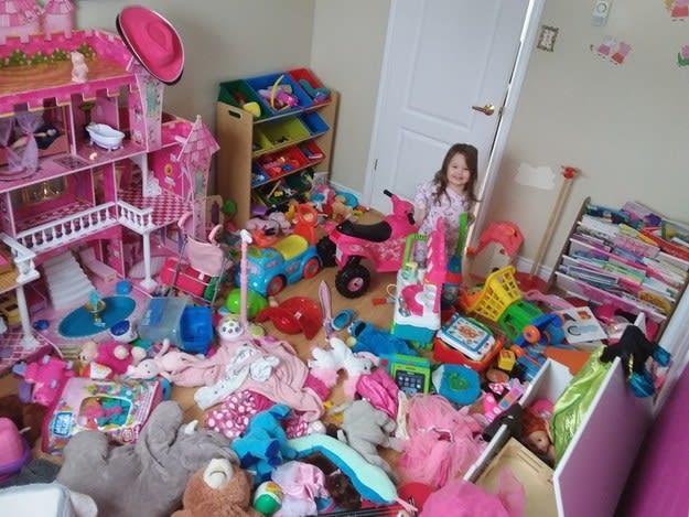 Todos os brinquedos de cor rosa jogados no chão.