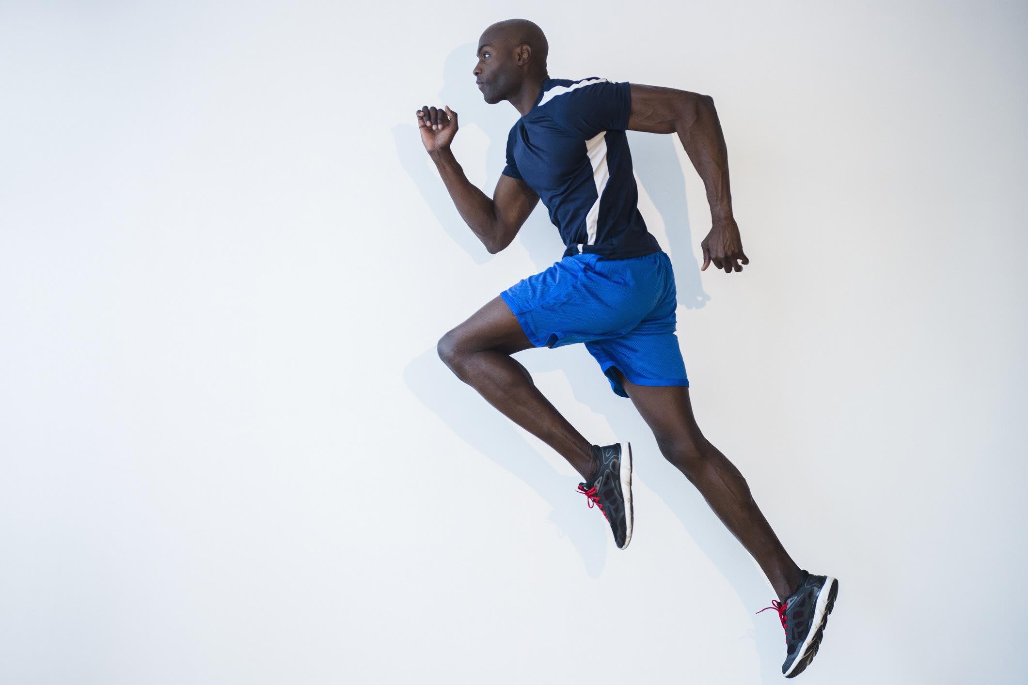 homem negro correndo com roupa de academia