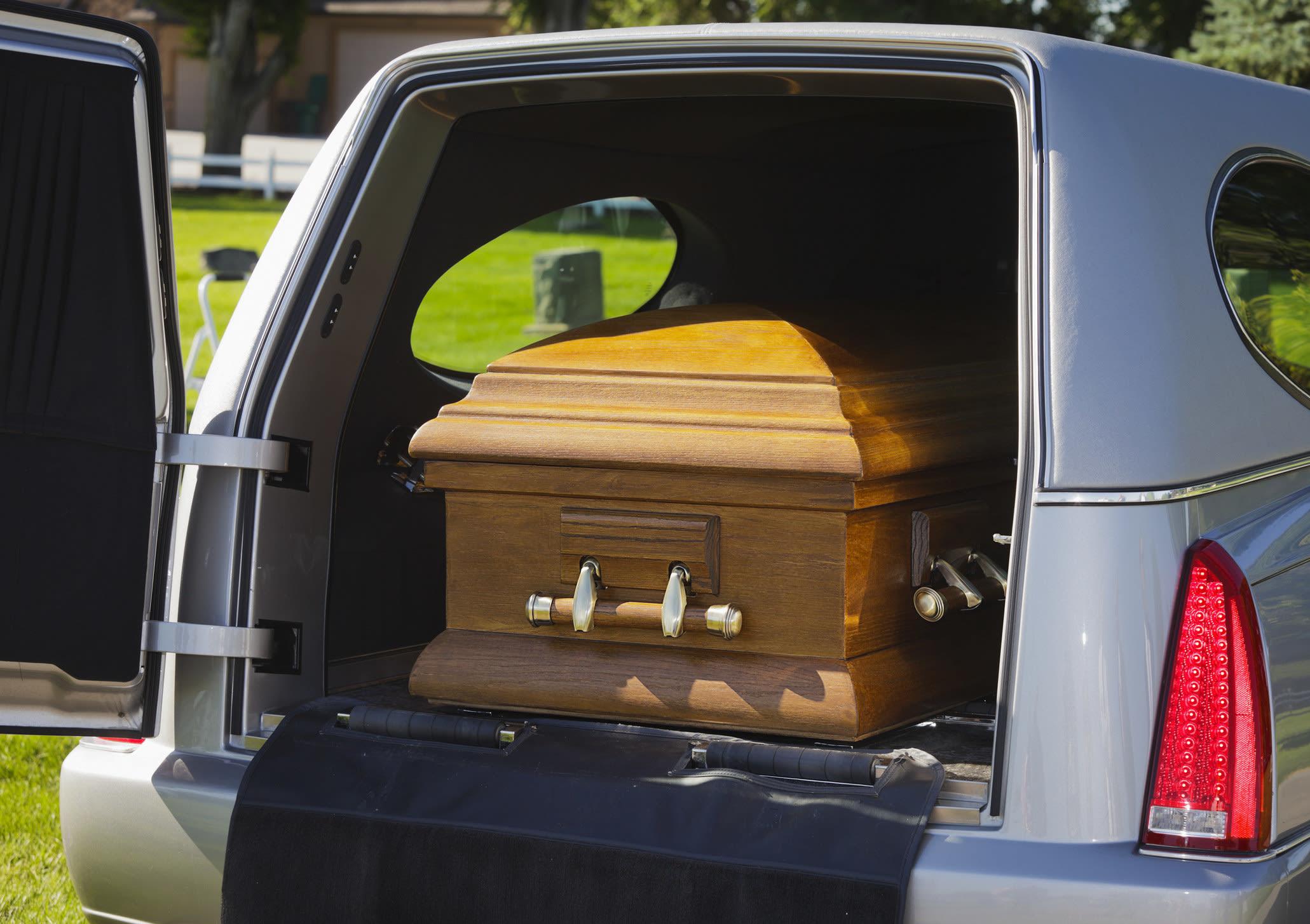 caixão num carro funerário