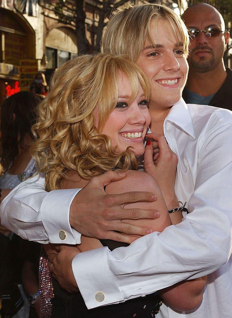 Foto de Aaron Carter e Hilary Duff se abraçando.