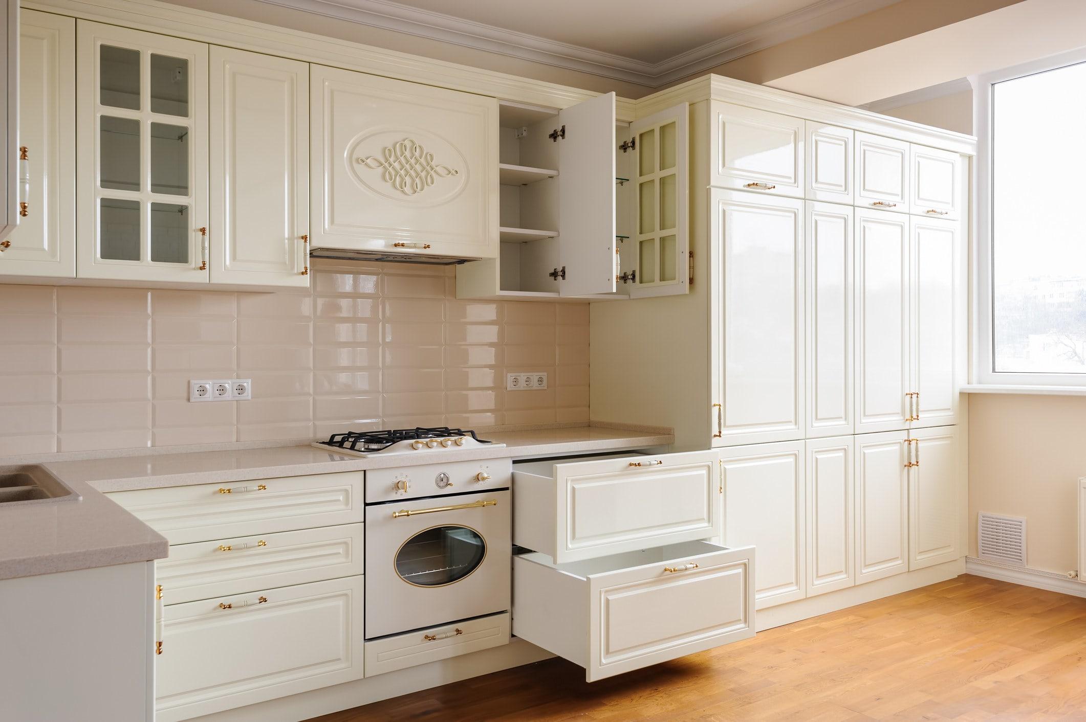 Foto de uma cozinha com armários e gavetas abertas