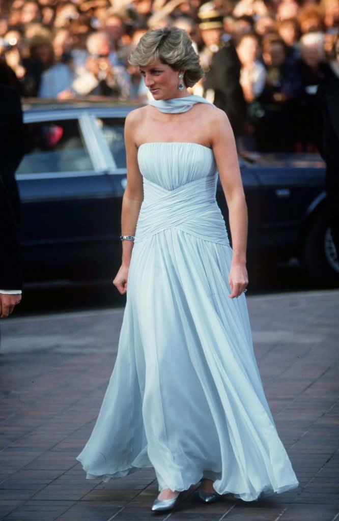 Diana em um vestido longo e esvoaçante.