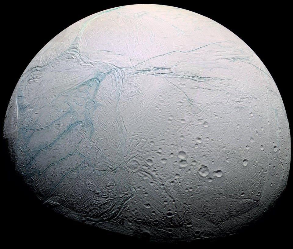 superfície cheia de gelo de Encélado