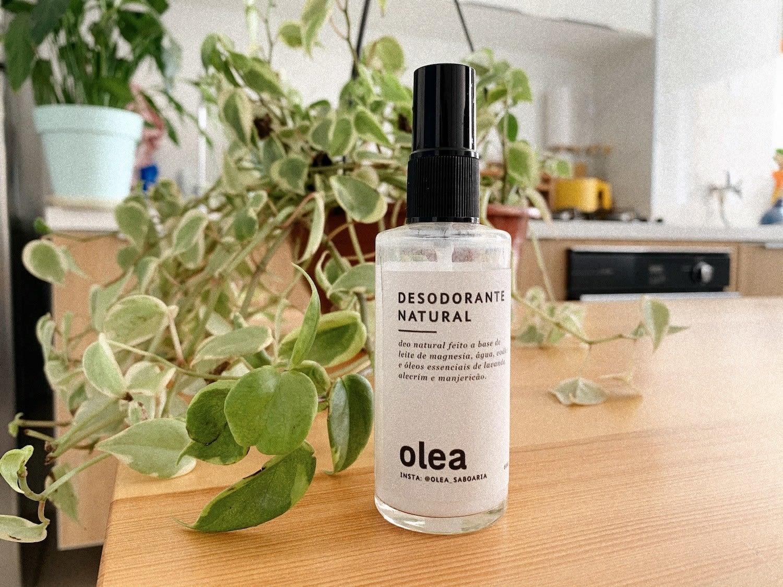 Embalagem do desodorante natural Olea, que é um vidro transparente com tampa preta.