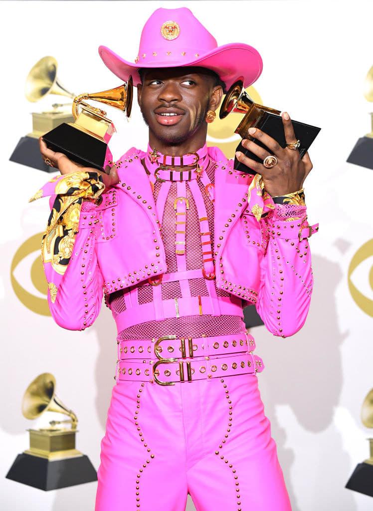 Lil Nas X com a roupa de couro rosa