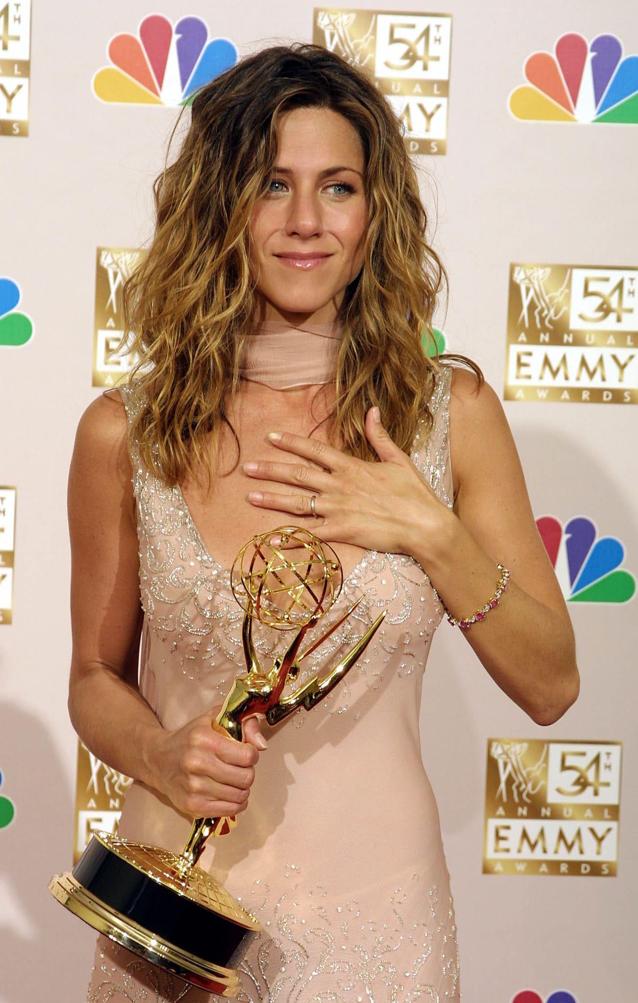 Jen segurando um Emmy