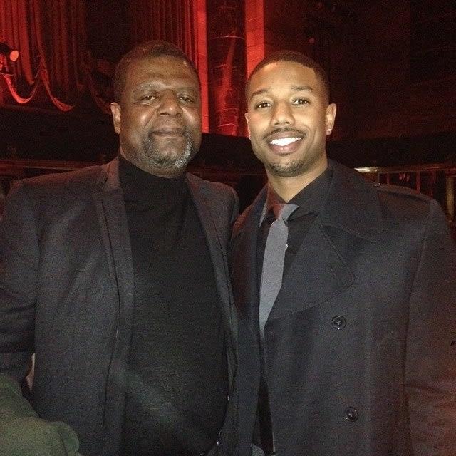 Michael B. Jordan ao lado de seu pai.