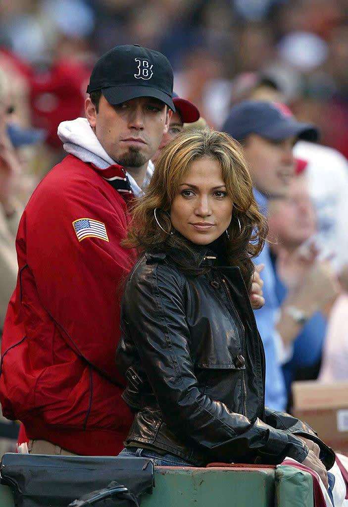 Foto de Ben Affleck segurando Jennifer Lopez.