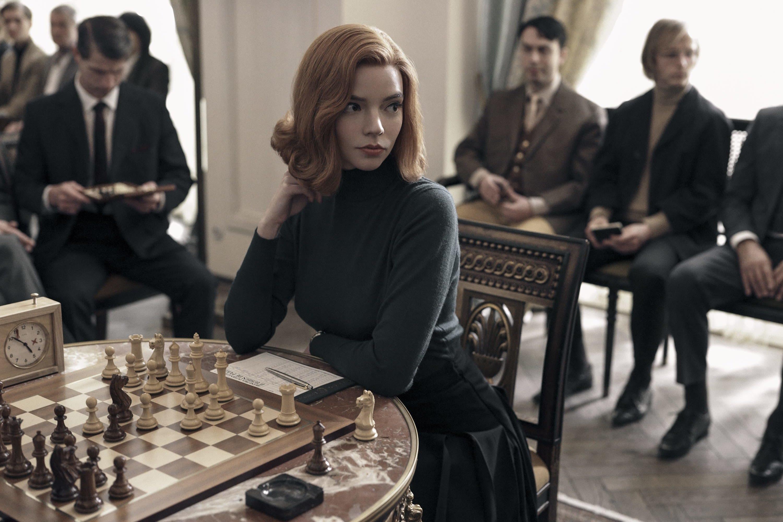 Beth Harmon sentada em uma partida de xadrez