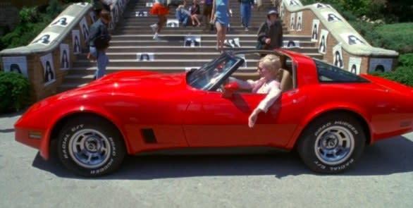 """Vylette, em """"Um Crime Entre Amigas"""", estaciona na frente da escola num carro de luxo vermelho"""