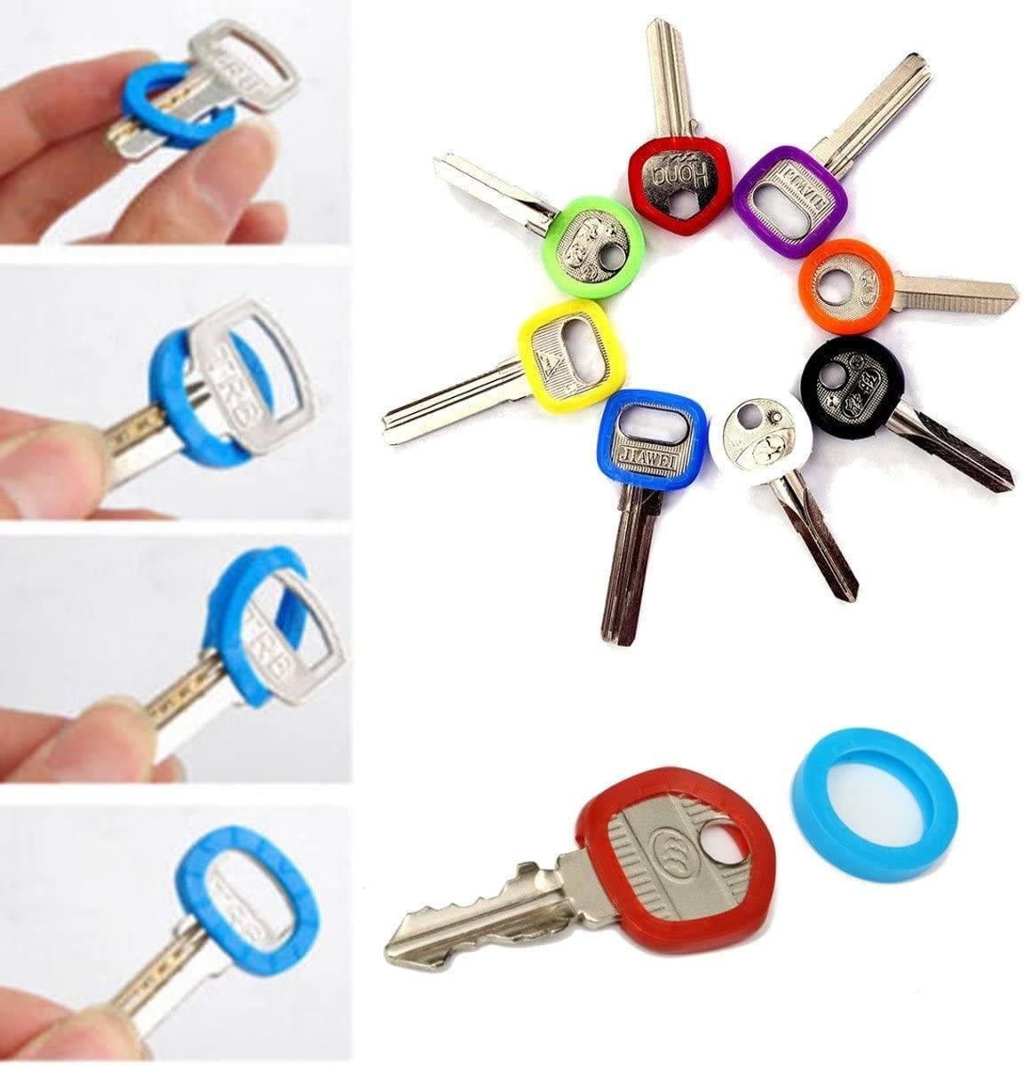 A imagem mostra 6 fotos do produto. Quatro fotos em sequência mostrando a forma de colocar o identificador na chave, utilizando um identificador azul para demonstração.
