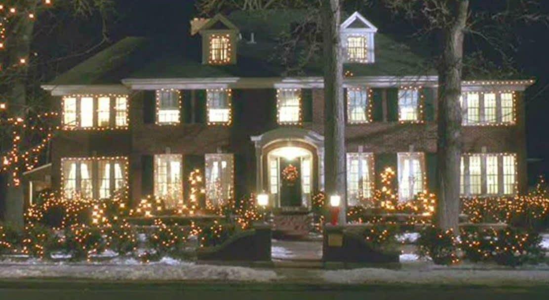 """a casa de """"esqueceram de mim"""", uma mansão de dois andares, decorada pro natal"""