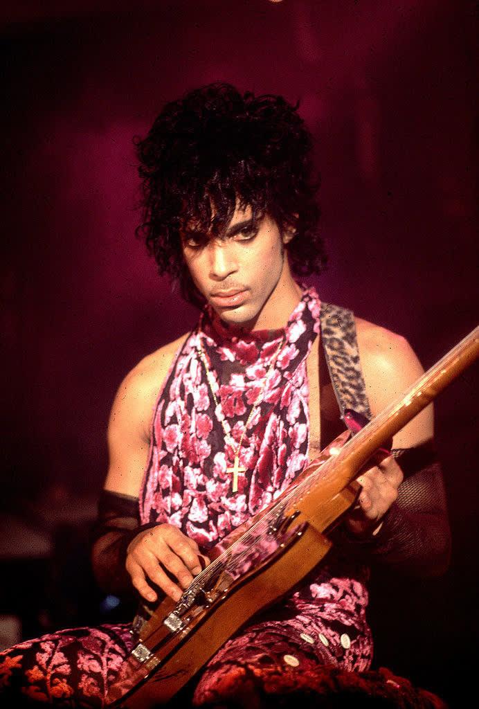 Prince em um vestido floral de seda