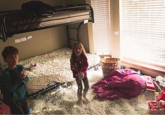 Milhares de bolinhas de dentro de um pufe estão espalhadas pelo quarto inteiro.