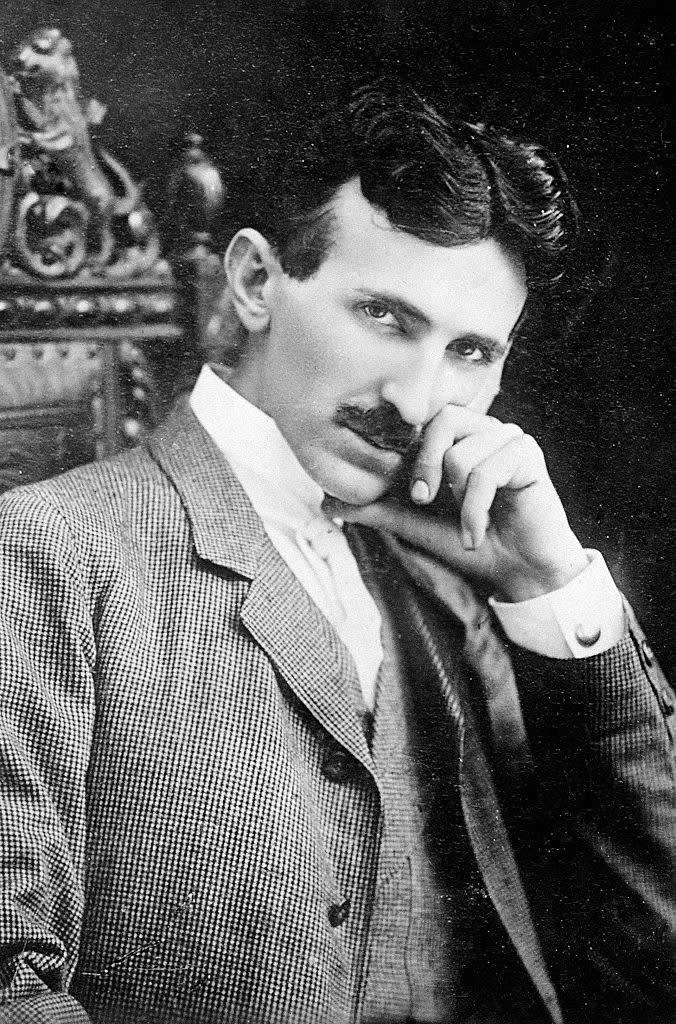 Nikola Tesla jovem posando para retrato