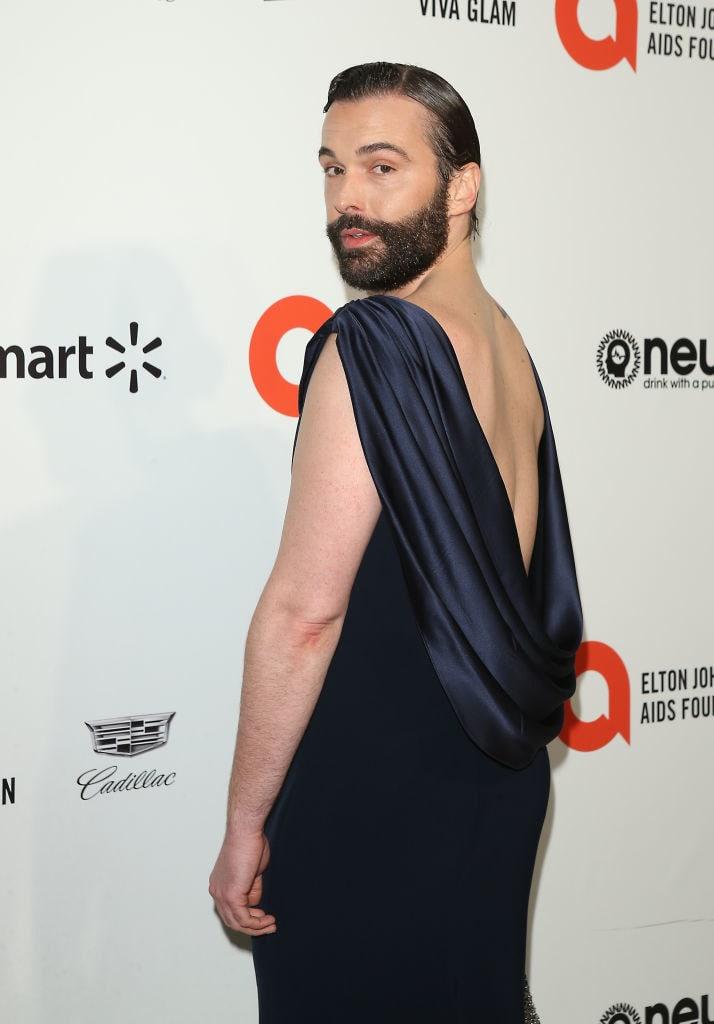 Jonathan de vestido longo de cetim com as costas abertas