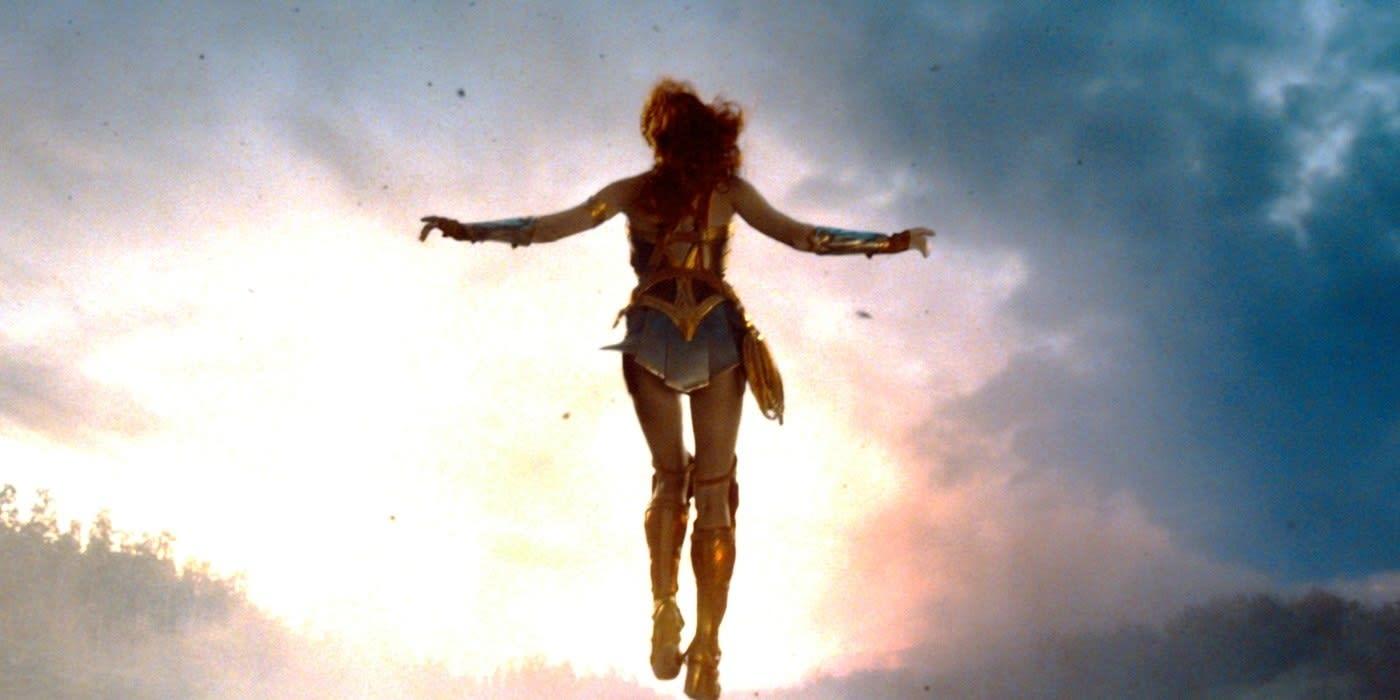 Imagem da Mulher Maravilha flutuando no céu.