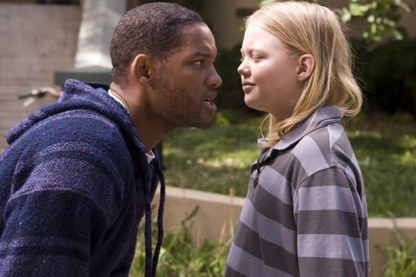 Imagem do filme Hancock mostra o ator Will Smith falando bem perto do rosto de uma criança, que parece desdenhar da cara dele.