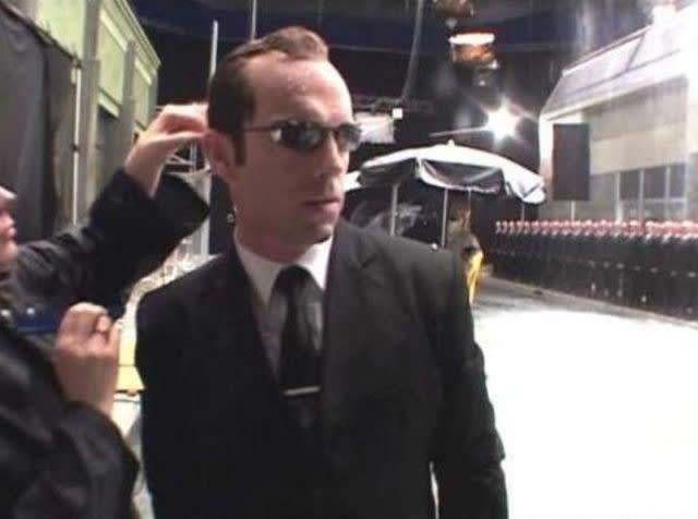 Foto do ator usando os óculos escuros