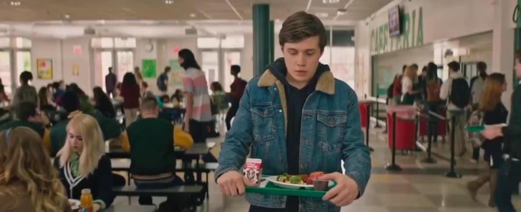 """Simon leva uma bandeja com sua refeição em """"Com Amor, Simon"""""""