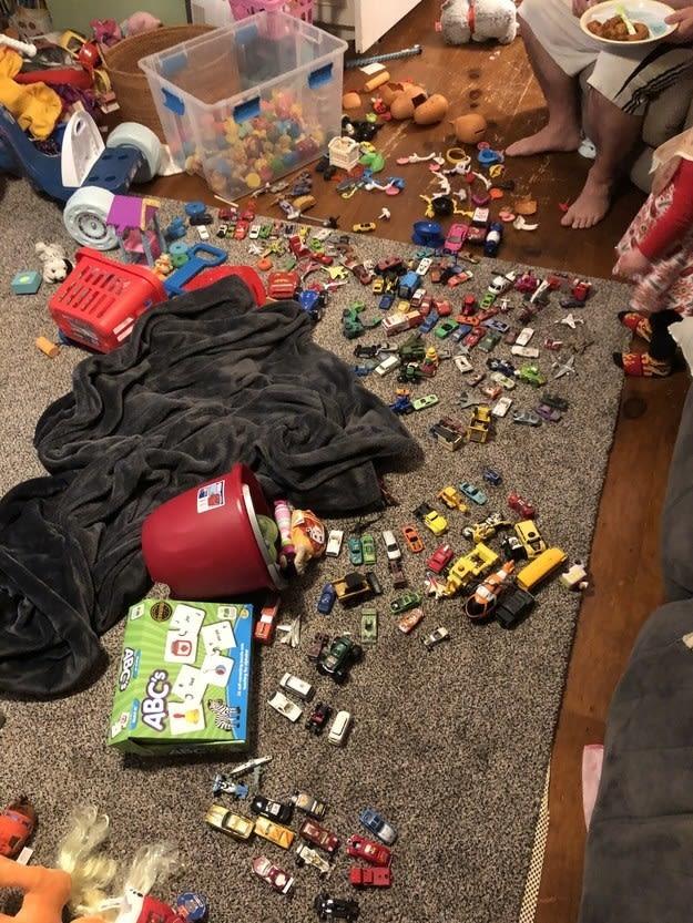 Um monte de brinquedo jogado no chão