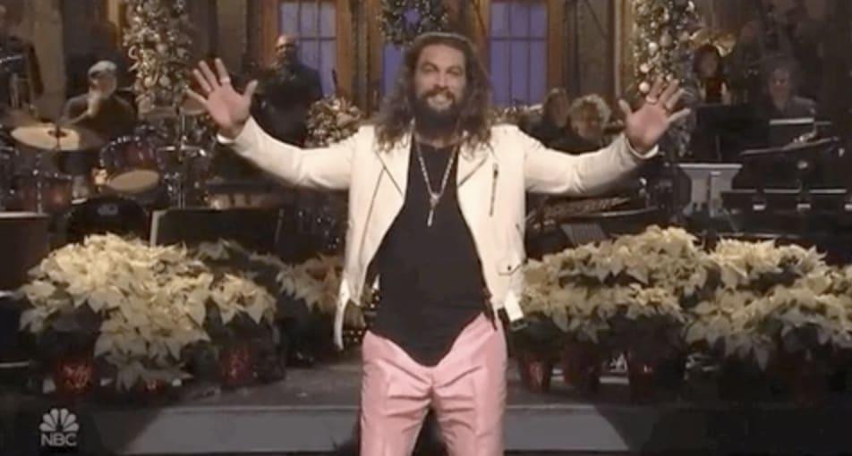 "Jason Momoa apresentando ""SNL"""