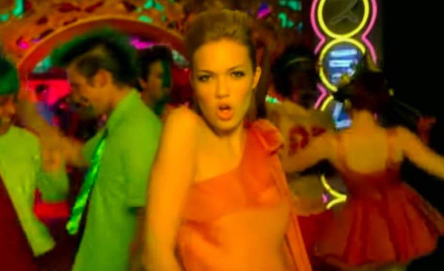 "Foto do clipe de ""In My Pocket"", da Mandy Moore."