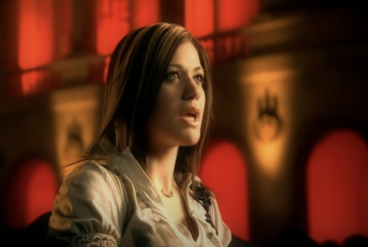 Kelly sinding in the music video