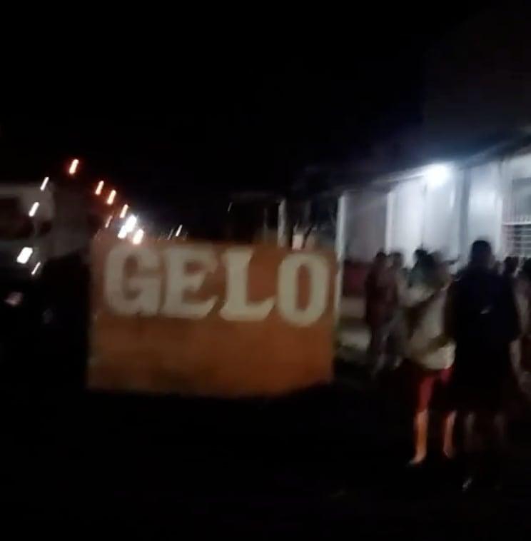 """Protestantes seguram uma placa escrito """"gelo""""."""