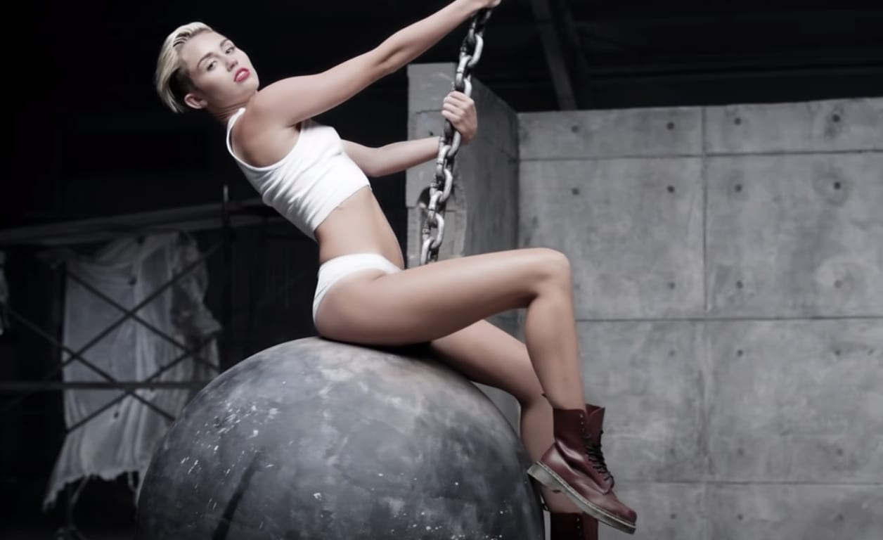 "Cena do clipe de ""Wrecking Ball"""