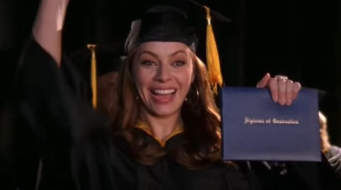 Julie se formando com diploma na mão.